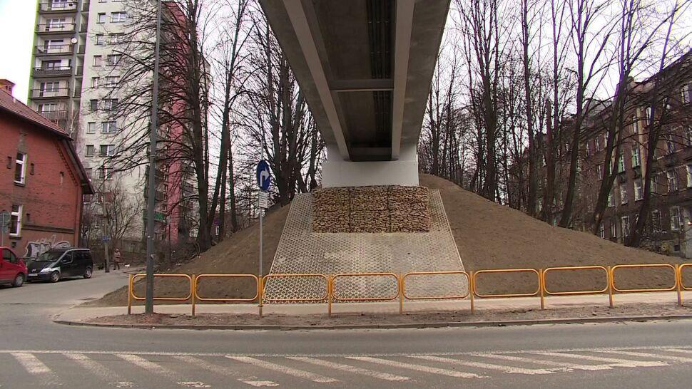 Jest kładka dla pieszych nad ulicą, schodów projektant nie przewidział