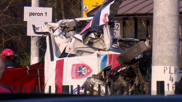 Pociąg uderzył w karetkę, zginęli lekarz i ratownik. Jest raport kolejowej komisji wypadkowej