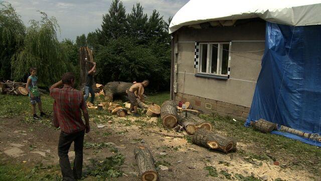 Bezskutecznie prosili o wycięcie topoli. Drzewo zrujnowało im dom