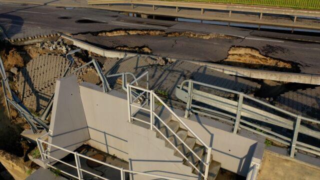 Zawalił się chodnik i prawie  sto metrów drogi w Gdyni
