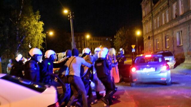 22-letni mężczyzna opuścił prokuraturę w Świdnicy w asyście policjantów