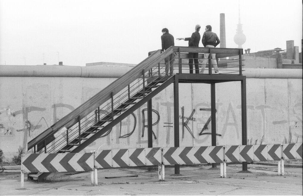 Platforma widokowa przed ścianą graniczną przy Luckauer Straße. Po drugiej stronie Berlin Wschodni