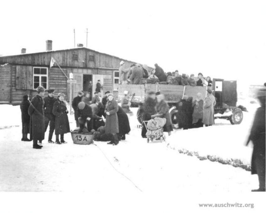 Wywożenie wyzwolonych więźniów z terenu dawnego KL Auschwitz II-Birkenau do okolicznych szpitali