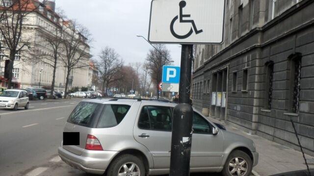 Zaparkował na miejscu dla niepełnosprawnych, dostał 1 tys. zł mandatu