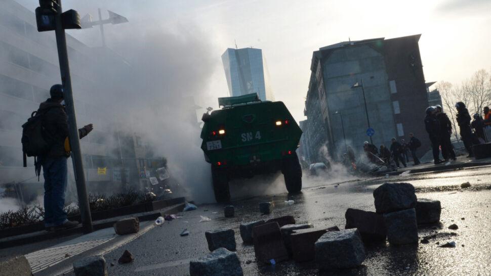 We Frankfurcie płonęły radiowozy.  Uliczny protest przeciwko polityce trojki