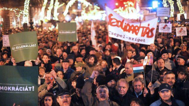 Europa i opozycja biją w Orbana, a jego partia wciąż liderem