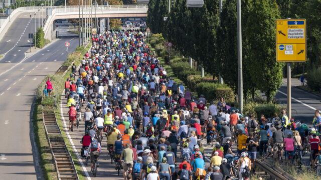 Bronią klimatu, nie chcą SUV-ów. Tysiące rowerzystów sprzeciwiło się wystawie aut