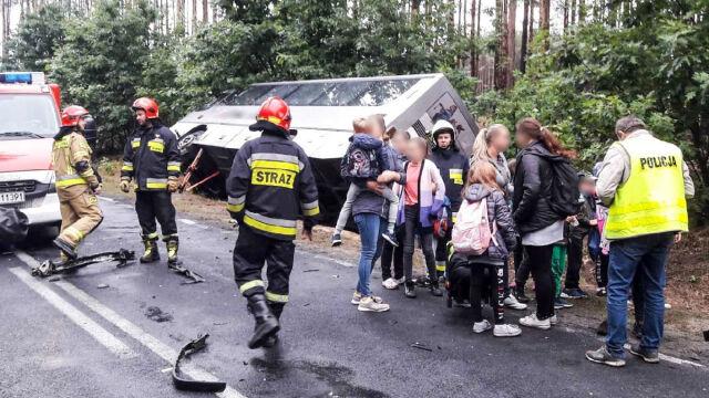 Po zderzeniu wjechał do rowu i przewrócił się. Autobusem 40 dzieci jechało do szkoły