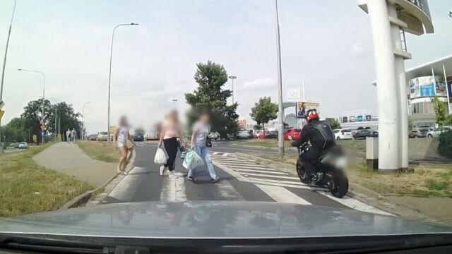 Samochód się zatrzymał, motocyklista przemknął przez przejście. Przed nosami pieszych