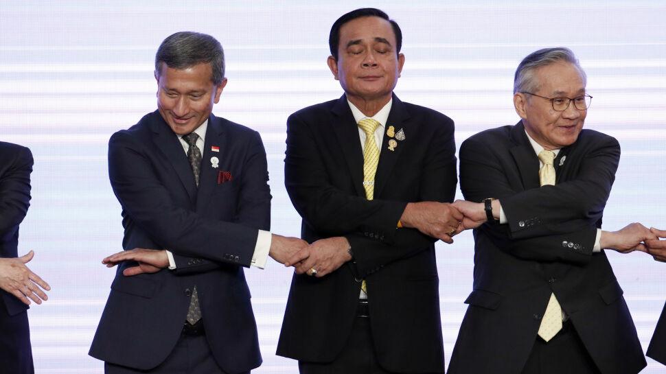 Minister spraw zagranicznych Singapuru Vivian Balakrishnan, premier Thailan Prayut Chan-o-cha i minister spraw zagranicznych Tajlandii Don Pramudwinai w przyjaznym uścisku podczas ceremonii otwarcia 52. posiedzenia ministrów spraw zagranicznych ASEAN