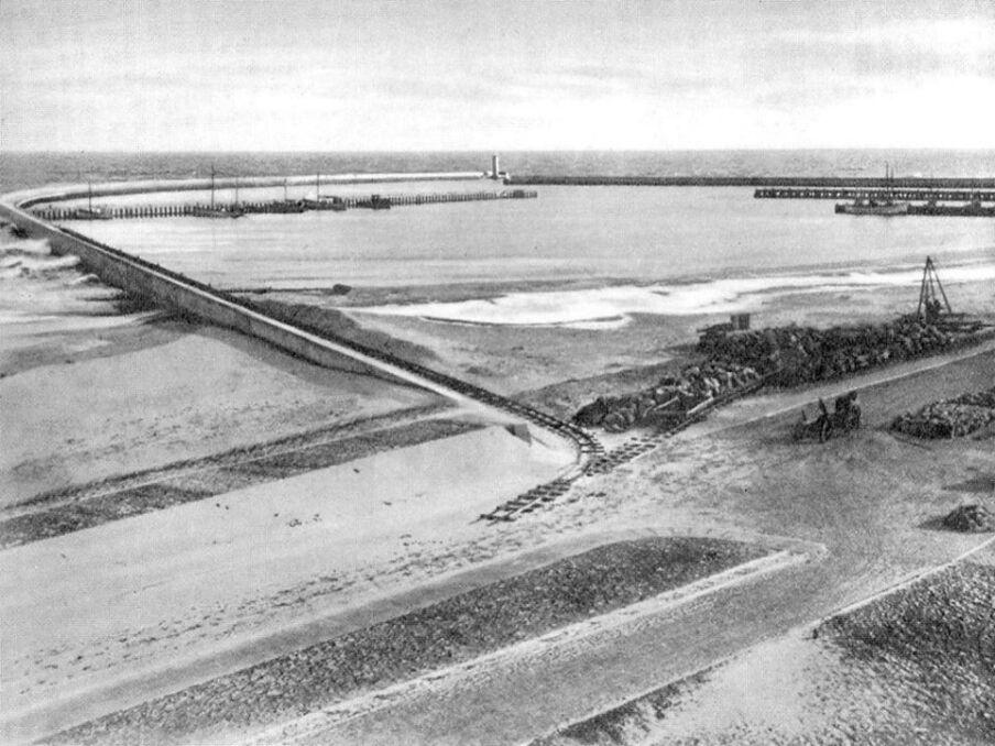Tory kolejki wąskotorowej używanej do budowy portu