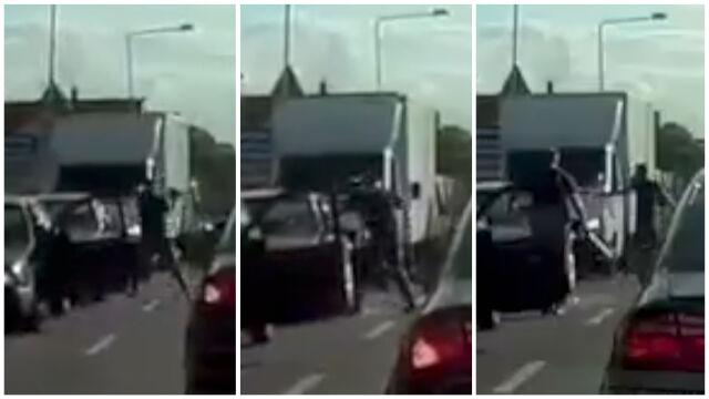 Zatrzymał auto, chwycił kij i ruszył na innego kierowcę. Atak na środku drogi