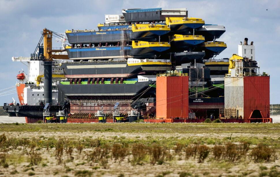 Statek Black Marlin transportujący kadłuby mniejszych jednostek w porcie w Rotterdamie
