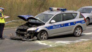 Zderzenie auta osobowego i radiowozu. Policjant w szpitalu