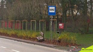 Auto wjechało w ławkę na przystanku autobusowym. Jedna osoba nie żyje
