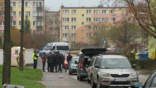 Ewakuacja bloku, przedszkola i szkoły. Pirotechnicy wywieźli niebezpieczne materiały