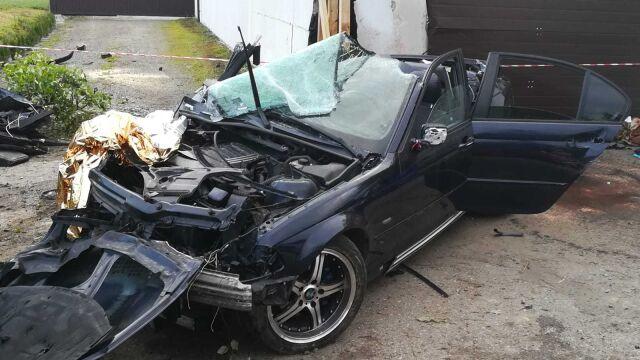 Auto uderzyło w budynek. Dwaj mężczyźni zginęli