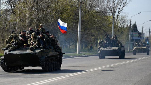Wozy bojowe z rosyjską flagą na ulicach Kramatorska