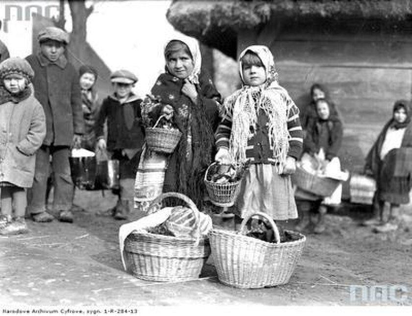Dziewczynki z koszami ze święconką przed dworem w Tomaszowicach