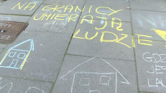 rysunki na chodniku przed siedzibą PiS w Krakowie