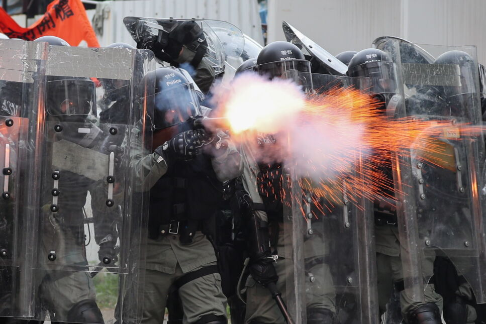 Policja rozpyla gaz łzawiący, aby stłumić zamieszki w Hongkongu