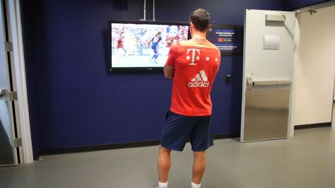 """""""Drobne problemy mięśniowe"""". Lewandowski obejrzał mecz  z Milanem w szatni"""