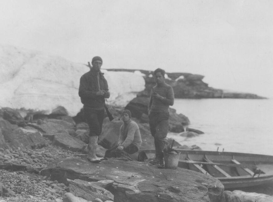 Czesław Centkiewicz (pierwszy z lewej) na Wyspie Niedźwiedziej