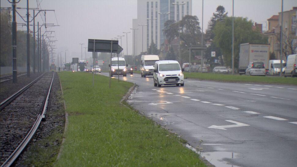 Nieprzytomna, ciężko ranna kobieta leżała na dwupasmowej drodze
