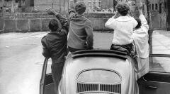 Berlin ok. 1961 roku, znajomi pozdrawiają się przez mur