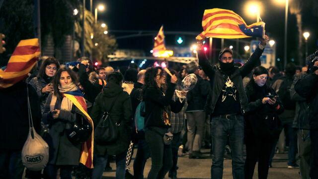 Hałaśliwy protest przeciwko wizycie króla Hiszpanii w Katalonii