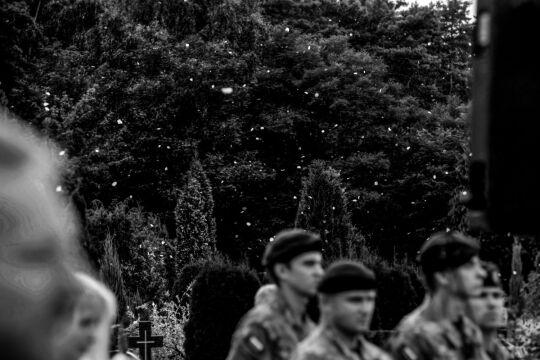Fotoreportaż - I miejsce w kategorii LUDZIE,  Piotr Bławicki, East News. Lubliniec. Pogrzeb polskiego komandosa JWK Lubliniec chor. Mirosława Łuckiego, który zginął w Afganistanie od wybuchu miny pułapki w nocy z 23 na 24 sierpnia 2013 roku