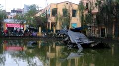 Resztki B-52 zestrzelonego nad Hanoi, pozostawione jako pomnik w centrum miasta