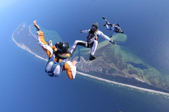 Organizatorzy spodziewają się około steki pasjonatów skoków ze spadochronem
