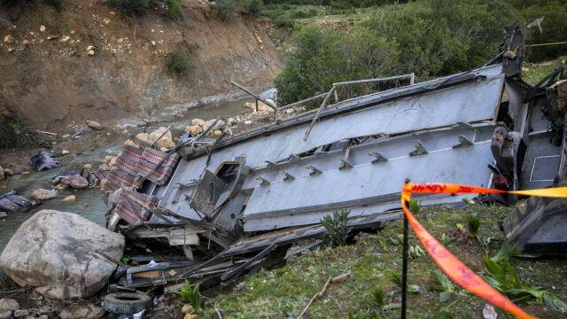Autokar z turystami stoczył się ze skarpy. Dziesiątki zabitych i rannych