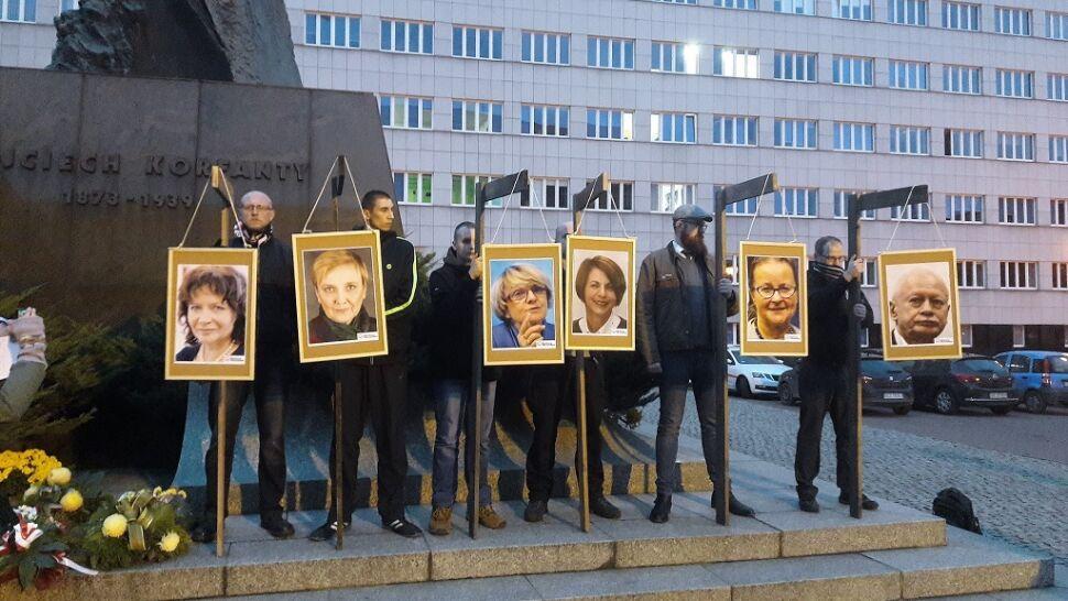Zdjęcia europosłów Platformy na szubienicach. Policja analizuje