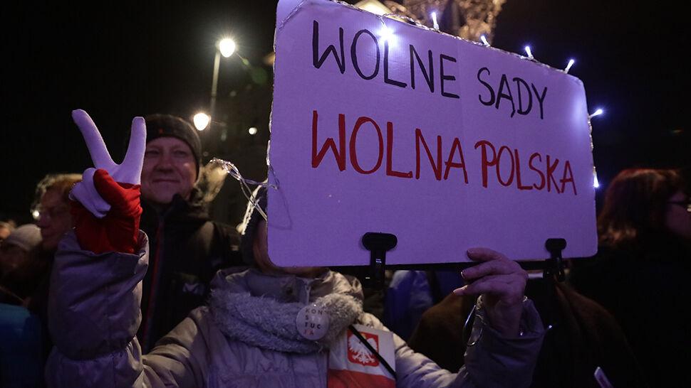 """""""Łamanie konstytucji to łamanie człowieka"""". Protesty w obronie sądów"""