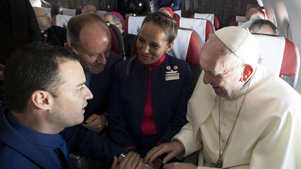 Papież udzielił ślubu w samolocie. Świadkami ksiądz i prezes linii lotniczej