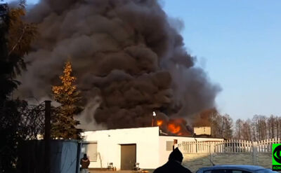 Ogień i czarne kłęby dymu. Pożar w zakładzie produkującym znicze