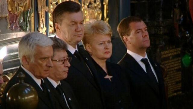 Wśród ludzi żegnających Lecha i Marię Kaczyńskich byli goście zagraniczni (TVN24)