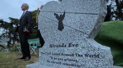 Miranda Eve został pochowana na cmentarzu w Colmie