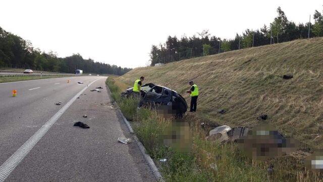 """""""Kilkukrotnie dachował. Licznik zatrzymał się na 190 km/h"""". Dwie osoby nie żyją"""