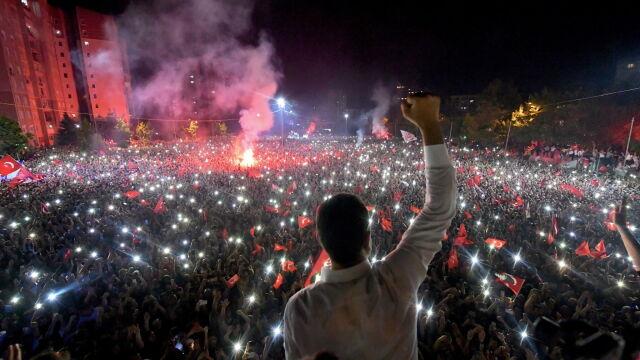 Tłumy na ulicach Stambułu, kandydat opozycji dziękuje.