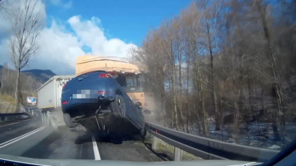 Na zakręcie pękła opona. Ciężarówka staranowała jadące z przeciwka auta