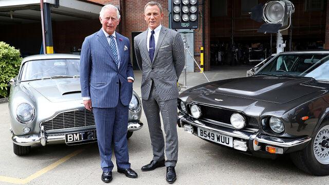 Książę Karol na planie Jamesa Bonda.