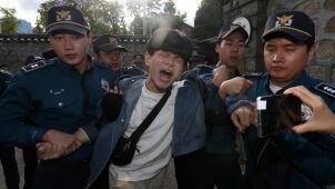Studenci wdarli się na teren rezydencji ambasadora USA. Chcieli, by opuścił kraj