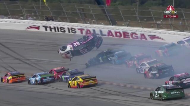 Karambol w wyścigu NASCAR. Jeden z samochodów wzbił się w powietrze