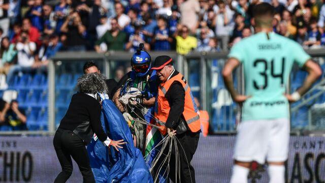 Niecodzienny gość na meczu. Spadochroniarz wylądował na boisku