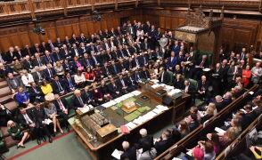 Izba Gmin przyjęła poprawkę o przesunięciu głosowania nad umową