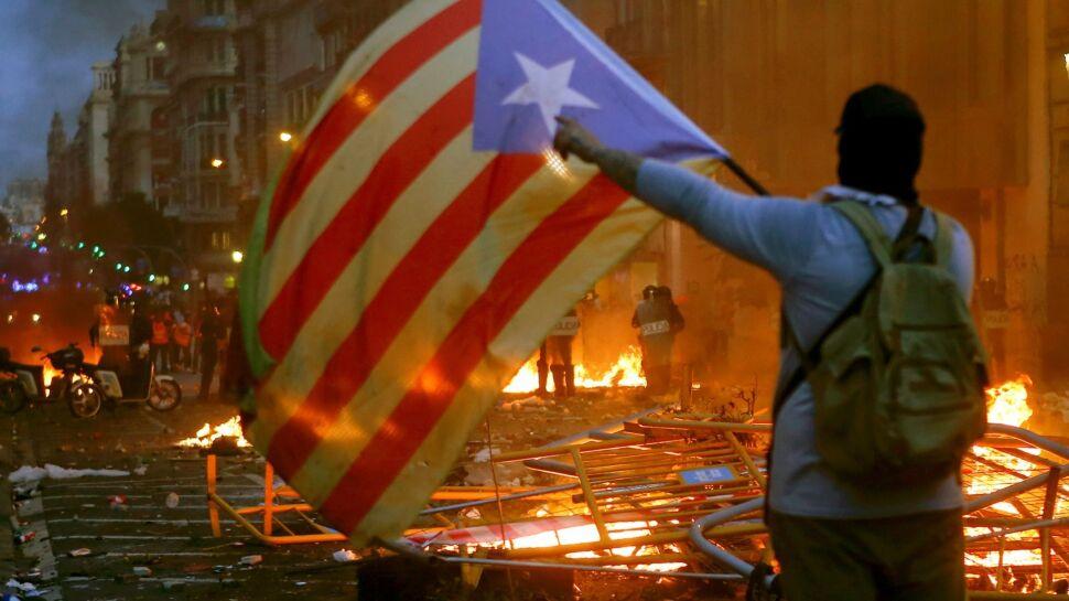 Koktajle Mołotowa, policyjne pałki. Pół miliona ludzi na ulicach Barcelony