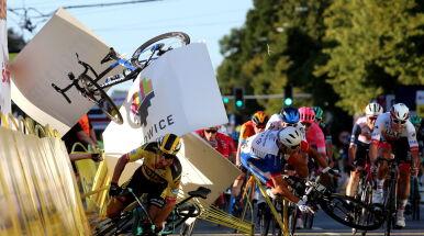 Staranował barierki i wpadł na sędziego. Koszmarny wypadek w Tour de Pologne